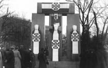 Das Denkmal der Republik unter dem austrofaschistischen Kruckenkreuz der Dollfuß-Diktatur.